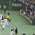 賽後日本隊拋球送給球迷