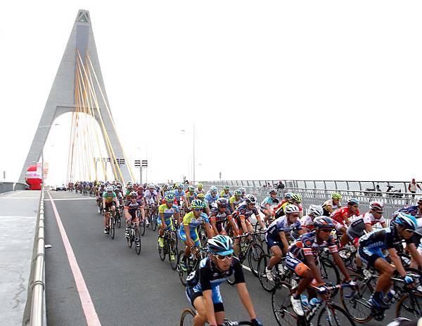 來自全球30個國家23支隊伍行經全台唯一的鵬灣跨海大橋
