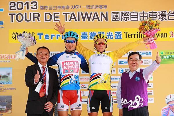 最終成績由克里爾(右2)拿下黃衫,香港隊小將張敬樂(左2)贏得亞洲冠軍藍衫