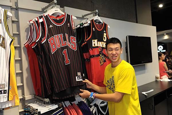 SBL新星宋宇軒參觀嶄新adidas京站門市,與偶像NBA球星Derrick Rose球衣合照