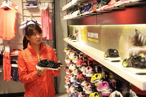 國內長跑一姐陳淑華參觀嶄新adidas京站門市,體驗adidas最新革命性跑鞋Energy Boost
