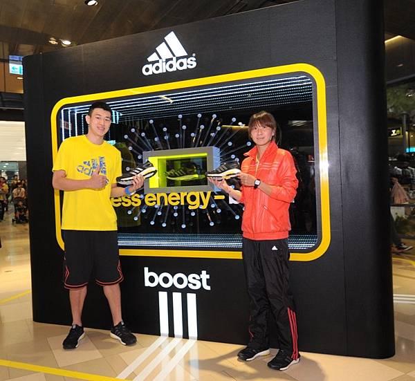國內長跑一姐陳淑華及SBL新星宋宇軒與京站一樓Energy Boost跑鞋科技展示裝置