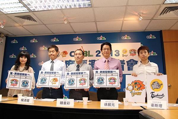 20130321中華職棒年度預測記者會照片(左起:命理專家 雨揚老師、球評 楊清瓏、球評 鍾重彩、主播徐展元、塔羅牌專家 衛斯理)