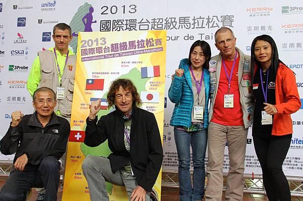 左起:瑞士參賽選手Christian Fatton、日本參賽選手沖山裕子、阿爾及利亞參賽選手Kahla Said、新加坡參賽選手張秀麗,下左:中華台北參賽選手陳錦輝、法國參賽選手Jean-Benoit Jaouen與環台地圖合影