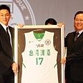 台啤楊玉明代表所有十年之星球員,接受籃協理事長丁守中頒贈的紀念球衣