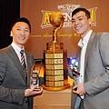 年度教練許晉哲與年度MVP蔡文誠合影