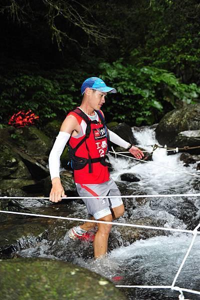 The North Face 100國際越野挑戰賽男子組第一名江晏慶歷經100公里組溯溪路段