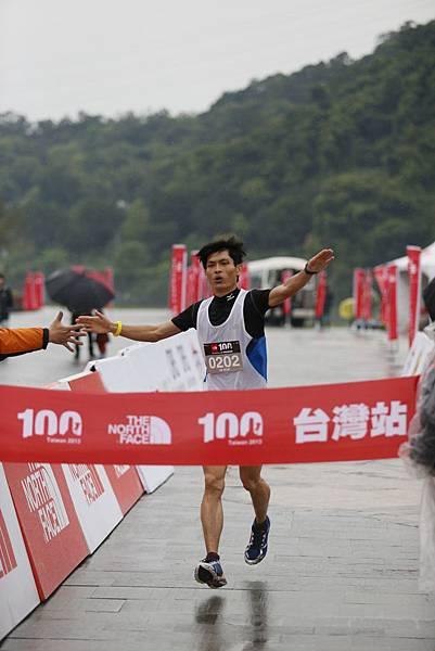 The North Face100國際越野挑戰賽50K男子組第一名徐文德衝線