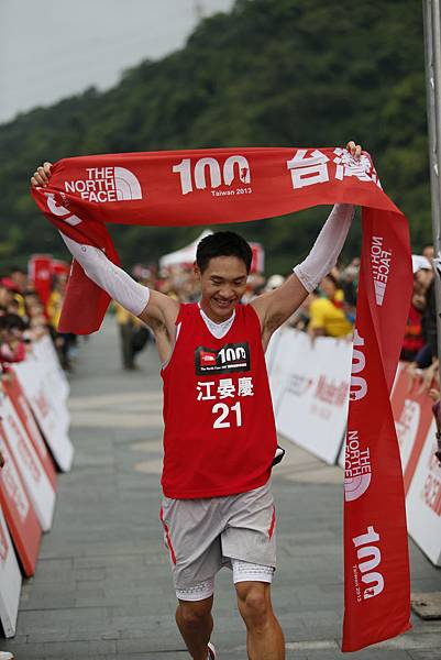 The North Face 100國際越野挑戰賽100公里男子組冠軍江宴慶衝線