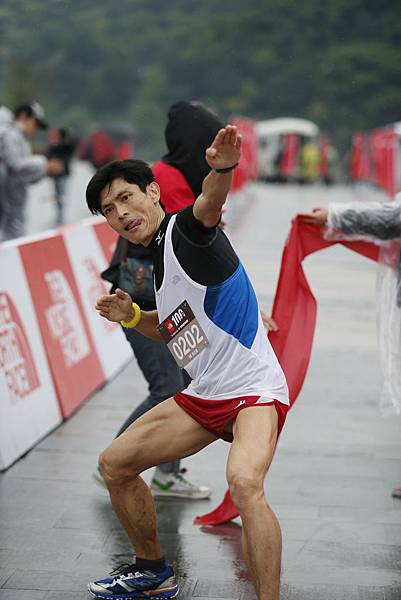 The North Face100國際越野挑戰賽50K男子組第一名徐文德衝線後興奮拉弓