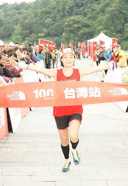 The North Face100國際越野挑戰賽100公里女子組第一名周玲君衝線