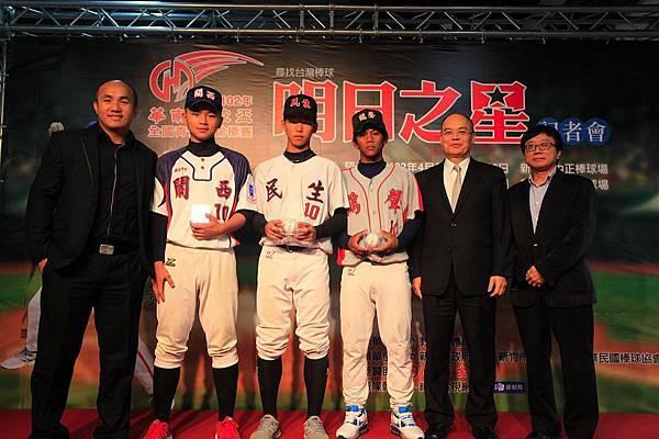 中華棒協林秘書長及華南金控劉總經理與張泰山頒發紀念球給PK冠軍球員