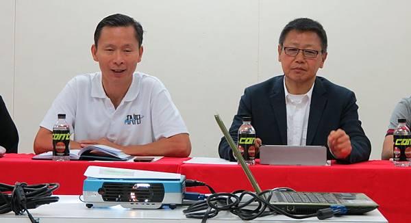 中華足協祕書長王筱薰(左)感謝文弘宣(右)會長的經驗分享