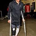 Westbrook 撐著拐杖進場