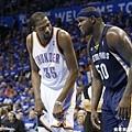 Durant 與 Z-Bo 場上交談