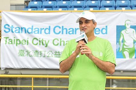 渣打國際商業銀行總經理康暉杰 (Ajay Kanwal) 表示,很開心有超過百位視障朋友報名參加臺北渣打公益路跑,期待與多位渣打志工一起加入陪跑員的訓練,幫助視障朋友一圓參加路跑賽的夢想!