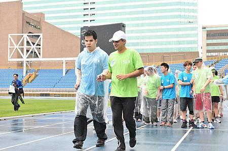 渣打銀行電銷小組成員之一的林右晨,在總經理康暉杰 (Ajay Kanwal)的帶領下,培養默契一起並肩起跑。
