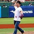 20130525義大犀牛開球貴賓莊智淵開球