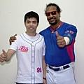 20130525義大犀牛邀請世界錦標賽男桌雙打金牌莊智淵賽前與MANNY相見歡