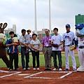 20130525義大犀牛開球貴賓莊智淵與家人開完球後合影