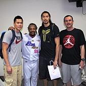 20130611中華男籃三代球星與曼尼合影