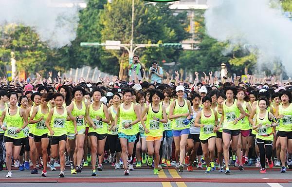 Nike萬人女生路跑於6月23日上午6點在市府廣場前鳴槍起跑,號召萬名女生一起跑出Amazing