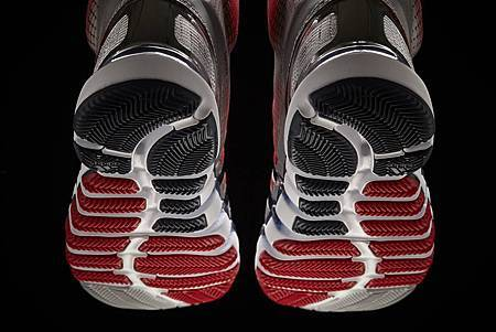 Crazy Quick科技主要著重在四個獨特的 Quick Zone大底極速區,包含趾部、前足、中底及腳跟極速區