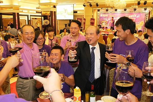 20130701義大創辦人林義守與楊森隆董事長謝秉育領隊向球員敬酒