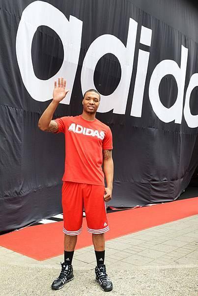 adidas 忠孝旗艦店開幕活動特別邀請NBA年度新人王Damian Lillard來台擔任開幕嘉賓,為adidas忠孝旗艦店進行剪綵-1