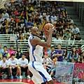 戴維斯搶下籃板