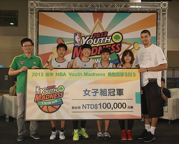 國泰金融集團李偉正副總(左)與Danny Green一同頒贈冠軍十萬獎金給女子組冠軍隊DV SUPER