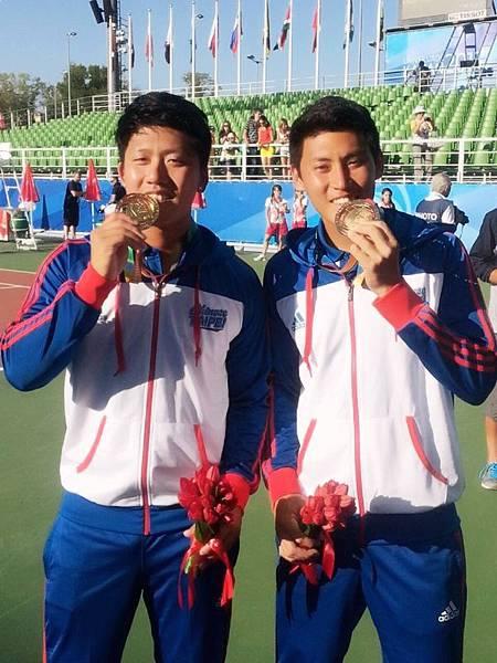 李欣翰(左)_彭賢尹拿下2013喀山世大運網球男雙金牌