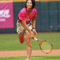 20130717謝淑薇以網球拍嘗試開球