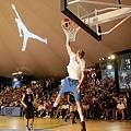 "Blake Griffin在""飛翔之旅""中展現球技,鼓勵青少年享受自己的""飛翔""時刻"