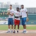 Carmelo Anthony、Chris Paul、Blake Griffin至新莊棒球場為中華職棒開球