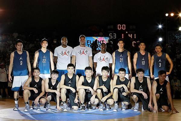 NBA三巨頭與Summer Nights Jordan U22冠軍隊伍及Jordan明星隊球員合影