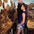 鳥人與未婚妻一同參觀木雕