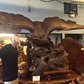 鳥人與展翅的木雕