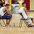 兩人在旁觀看球員比賽