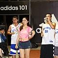 adidas101 x 痞客邦 籃球之夜 (62) 還有美女啦啦隊親切的為球員們遞水