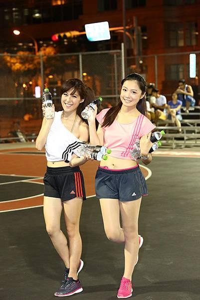 adidas101 x 痞客邦 籃球之夜 (92) 兩位都笑容可掬相當甜美