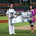 20130914中華職棒大聯盟黃鎮台會長頒贈715勝紀錄給謝榮瑤女士