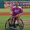 20130915胡金龍日開球貴賓輪椅籃球國手呂駿逸2
