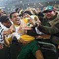澳洲隊球迷開心擁抱球員