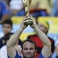 義大利球迷高舉世界盃冠軍獎盃