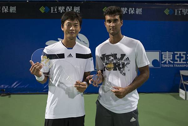 「2013高雄海碩國際男子網球挑戰賽」單打冠軍盧彥勳(左)、亞軍班布理
