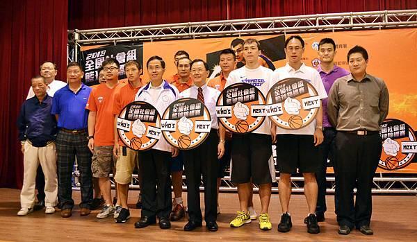 體育署副署長王水文(左起)籃協理事長丁守中、蔡文誠、達欣總教練許智超與球隊合影