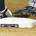 壘包印上Rivera字樣與背號