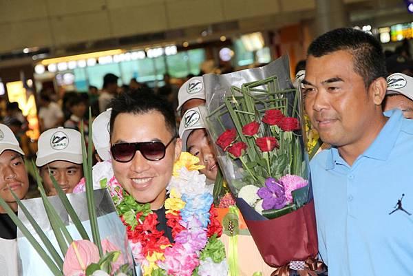 統一獅代總教練陳連宏親自到機場獻花歡迎郭泓志
