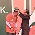 統一獅領隊蘇泰安為郭泓志戴上統一獅球帽